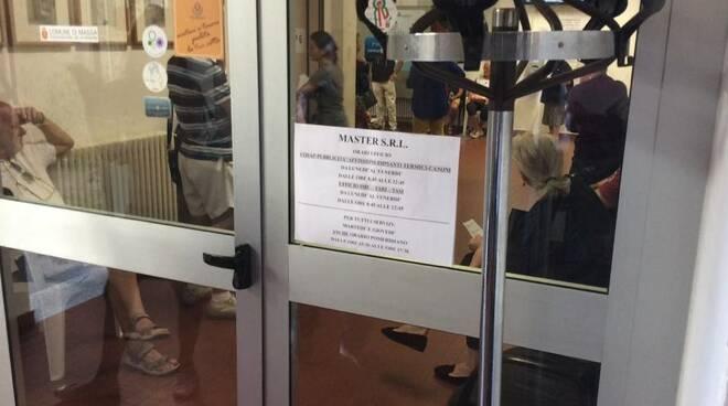 Cittadini in fila per le delucidazioni sull'aumento dei bollettini Tari