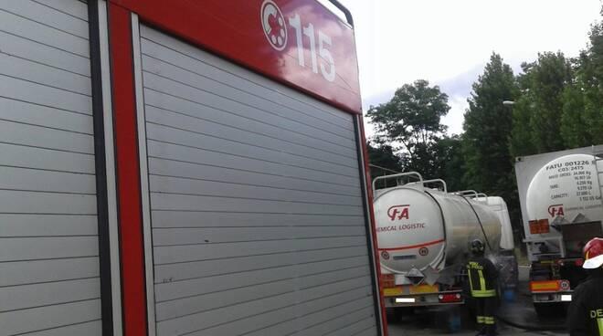 Il mezzo dei Vigili del Fuoco e il camion con la cisterna
