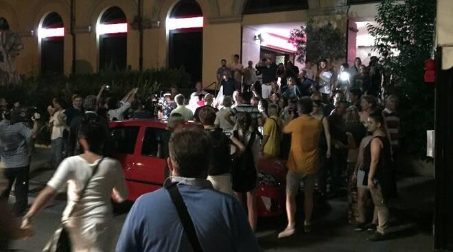 La folla attende Francesco De Pasquale in via 7 Luglio di fronte al Comune