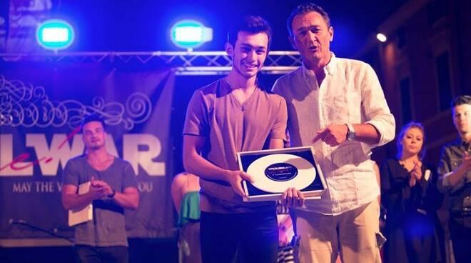 Vocal War 2017: Mike Backer riceve il 1° premio da Lorenzo Baglioni
