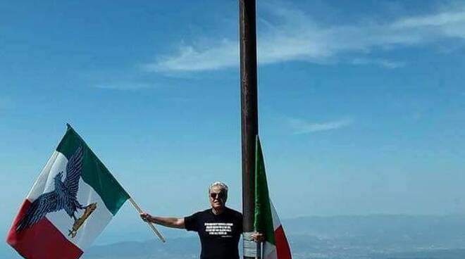 Il professor Bianchi sulla vetta con la bandiera dell'RSI.
