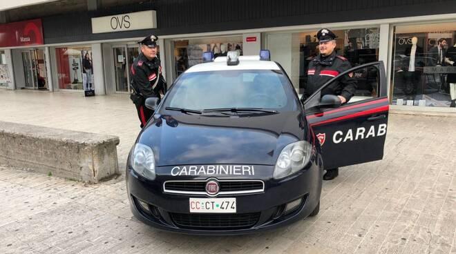 """I carabinieri di fronte al negozio """"Oviesse"""""""