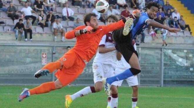 L'estremo difensore Ivano Feola si oppone a Rachid Arma.