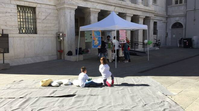 Ostetriche, mamme e bimbi in piazza Cesare Battisti per l'allattamento