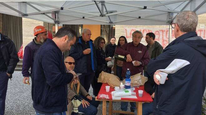 I manifestanti pranzano davanti ai cancelli Nca