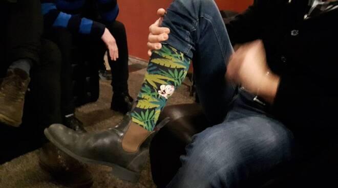 Gabbani esibisce i calzini con la scimmietta