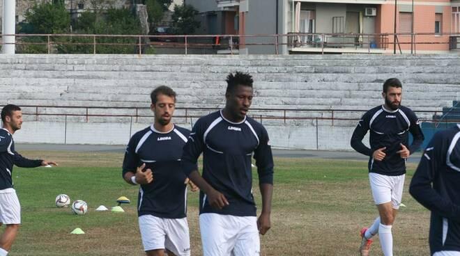 Il Savona in una fase di riscaldamento pre partita, si nota il bomber portoghese Gomes de Pina.