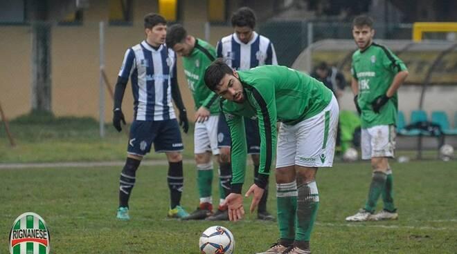L'attaccante classe '96 Bennati della Rignanese si appresta a trasformare il rigore contro il Savona.