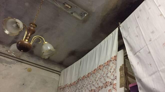 L'incuria e l'umidità di uno degli alloggi dell'ex-campo profughi