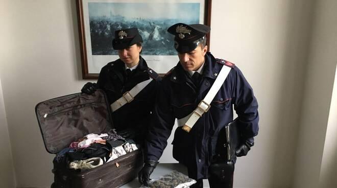Nascondeva 250 grammi di marijuana in un borsone