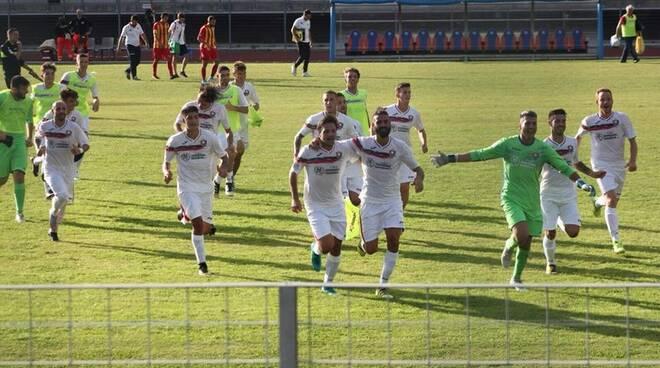 Esplode la festa dei giocatori del Ponsacco per l'incredibile vittoria ottenuta contro il Finale che vale la testa della classifica.