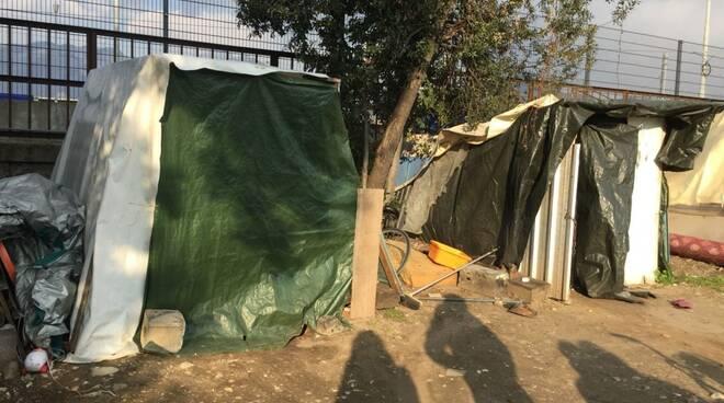 Le baracche dei senzatetto alla stazione