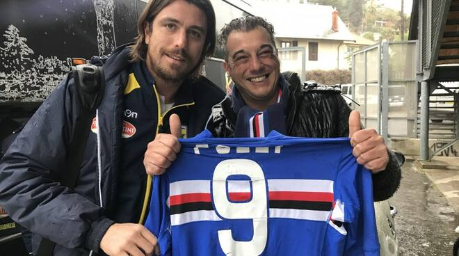 Nicola Pozzi, con la tenuta del San Donato Tavarnelle, salutato da un tifoso con la sua ex maglia blucerchiata ai tempi della Sampdoria.
