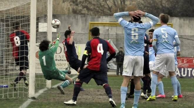 """Il Sestri Levante si difende dagli attacchi della Sanremese nel match perso di misura al """"Sivori""""."""