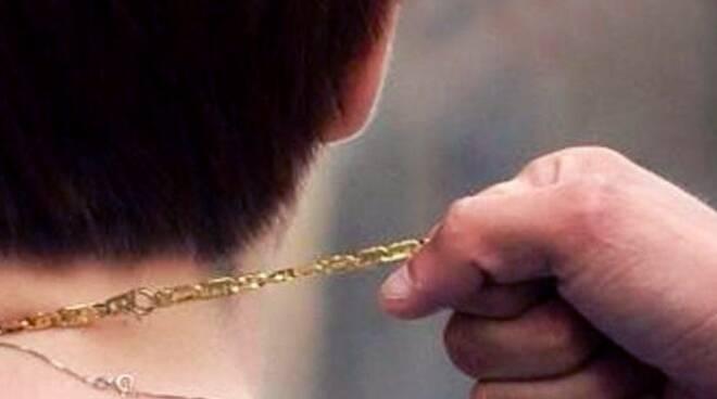 Furto collana d'oro
