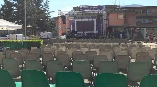 In attesa dell'inizio del premio Lunezia in piazza Gramsci ad Aulla