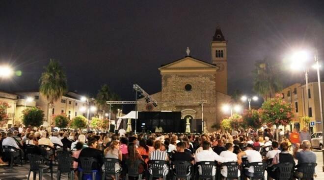 Una manifestazione in piazza Menconi a Marina di Carrara