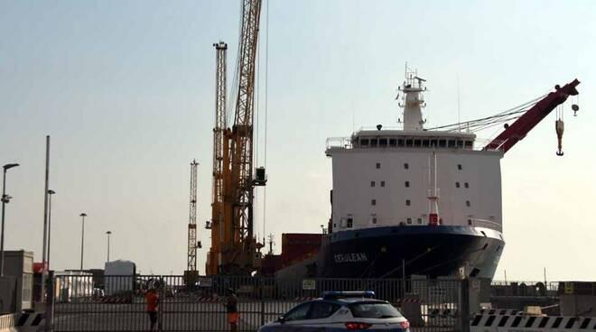 Tragedia al porto di Marina di Carrara: muore un operaio