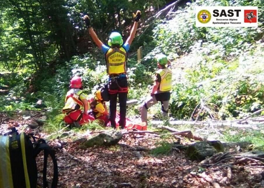 Un momento del recupero da parte del Soccorso Alpino