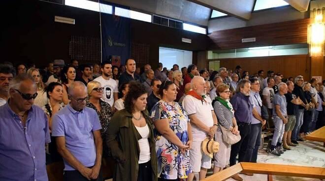 Busto sfregiato, tanta gente in Consiglio comunale a Massa