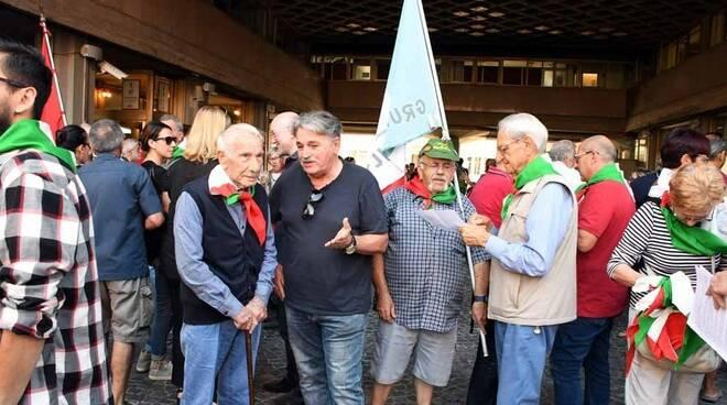 Il sit-in dell'Anpi avvenuto sotto il Comune di Massa
