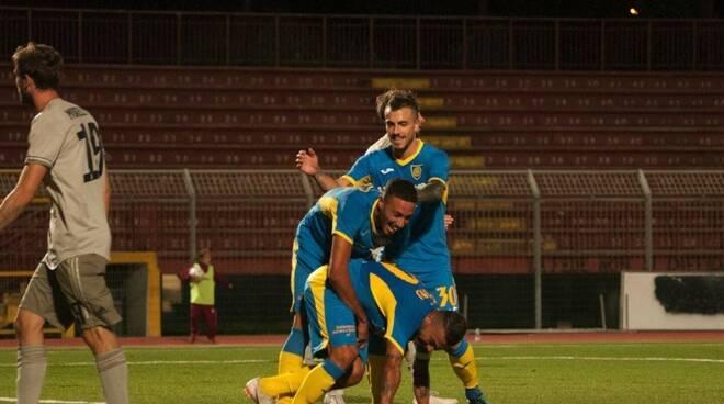 L'esultanza di Tavano e compagni al terzo gol della Carrarese