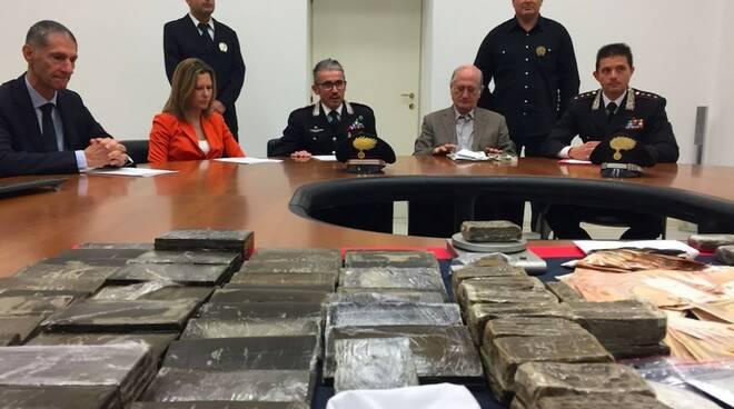 L'ingente quantitativo di droga sequestrato dai carabinieri
