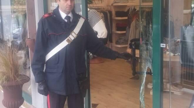 Carabinieri al negozio di abbigliamento di Aulla colpito dai ladri