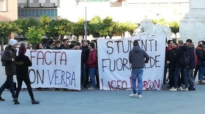Gli studenti del liceo scientifico Marconi protestano in piazza Aranci a Massa