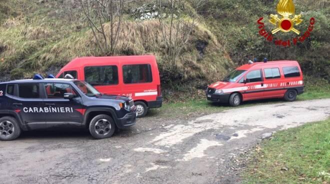 I mezzi di carabinieri e vigili del fuoco impegnati nelle ricerche