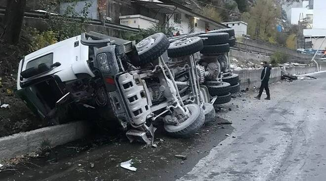 Il camion che si è ribaltato a Torano
