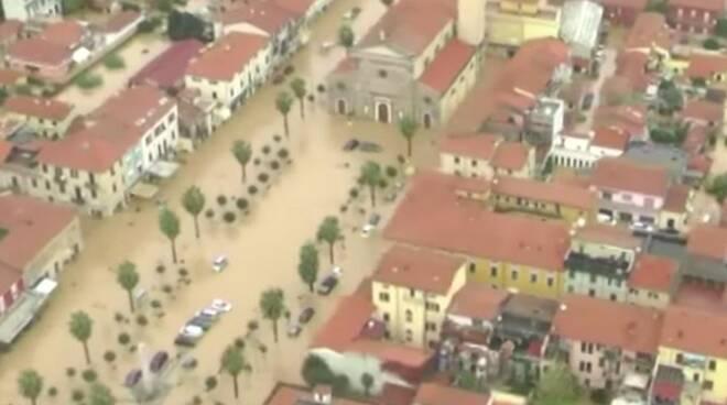 Piazza Menconi completamente sommersa dall'alluvione del 5 novembre 2014