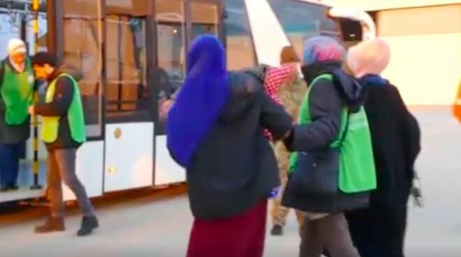 Alcune migranti arrivate all'aeroporto di Pratica di Mare