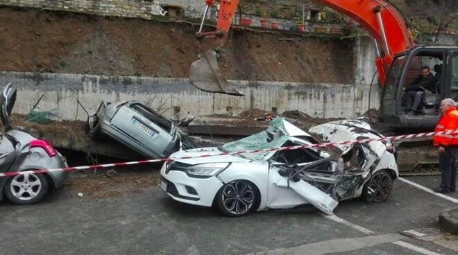 Crolla muro di contenimento sulle auto parcheggiate