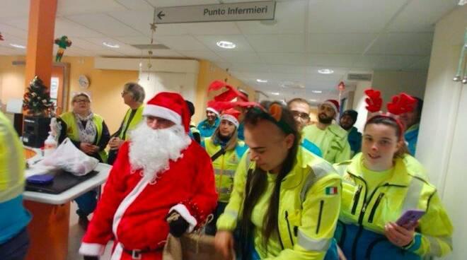 I volontari della Misericordia in versione natalizia negli ospedali apuani