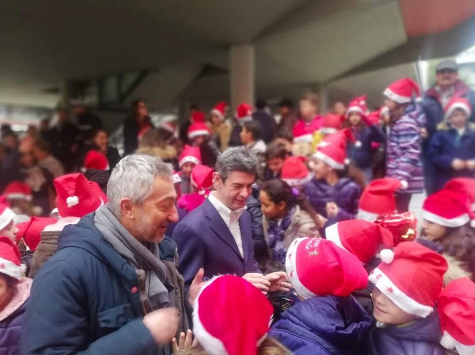 Il presidente del Consiglio comunale Michele Palma e il sindaco Francesco De Pasquale tra i bambini