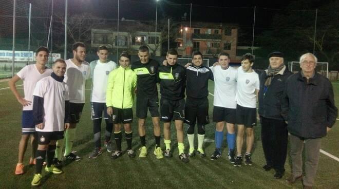 L'arbitro Marinelli (il sesto da sinistra) con arbitri e dirigenti della sezione alla Covetta per l'allenamento