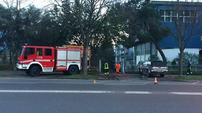 La squadra dei vigili del fuoco intervenuta all'ex-liceo Marconi di Carrara