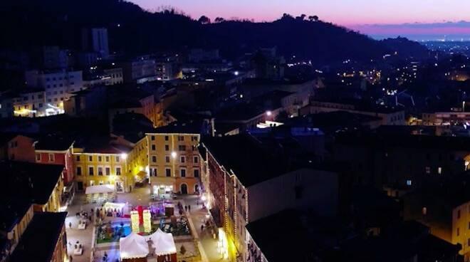 Una vista natalizia di Carrara