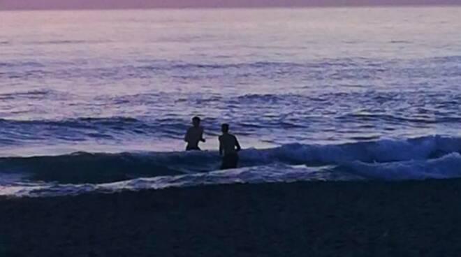 I due che si sono tuffati in mare la sera del 31 dicembre 2018 a Marina di Carrara