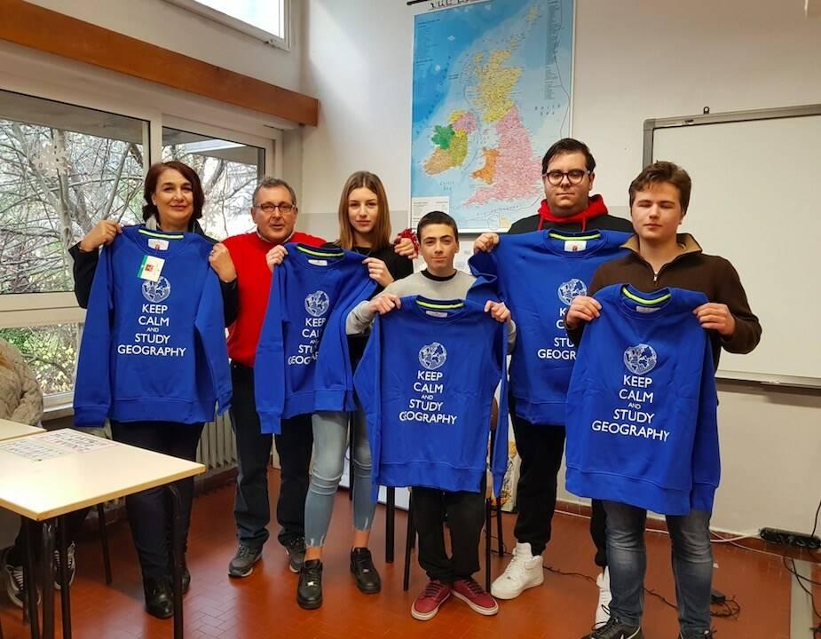 I vincitori dei Giochi interni della Geografia all'istituto Zaccagna Galilei con i prof. Marta Castagna e Riccardo Canesi