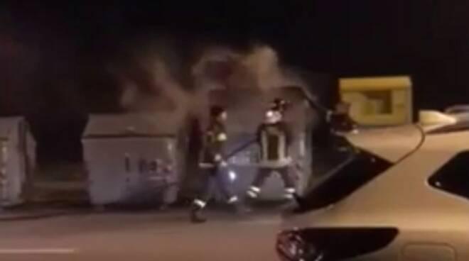 Il cassonetto a fuoco in viale Roma a Massa