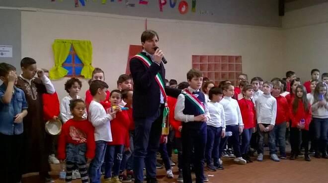 Il sindaco Mastrini coi bambini del centro giovanile di Barbarasco