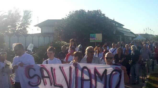 La manifestazione a Marina di Massa per salvare il Parco dei Conigli