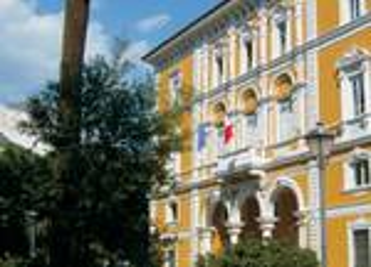 La sede storica della Cassa di Risparmio di Carrara, oggi Carige