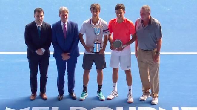 Lorenzo Musetti (al centro) premiato con la coppa degli Australian Open Junior