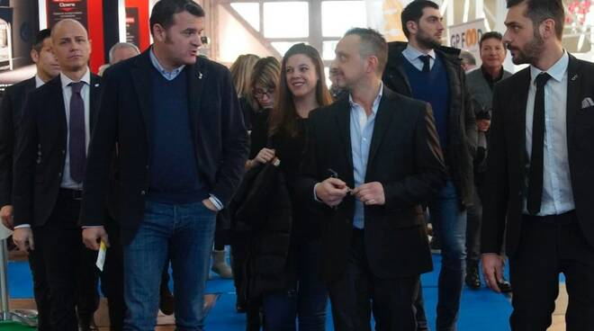 Il ministro Gianmarco Centinaio (a sinistra) con gli organizzatori di Tirreno Ct
