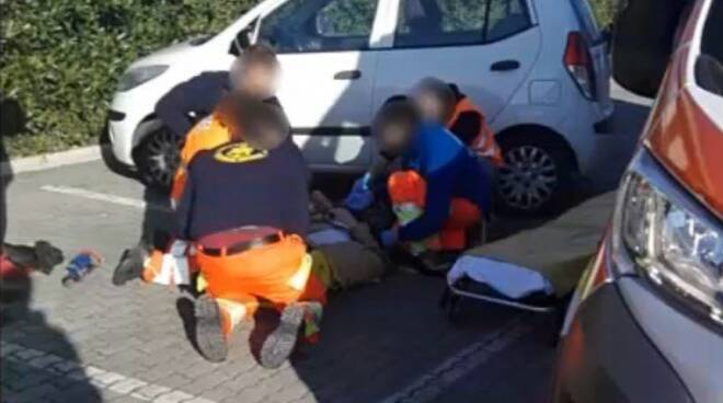 Intervento dell'ambulanza in un falso incidente