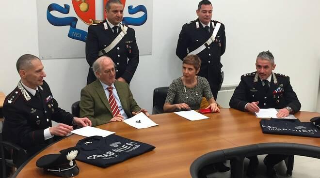 Seduti da sinistra: il colonnello Tiziano Marchi, il procuratore capo Aldo Giubilaro, la direttrice dell'Ispettorato del Lavoro Annamaria Venezia, il comandate dei Cc di Massa-Carrara Massimo Rosati