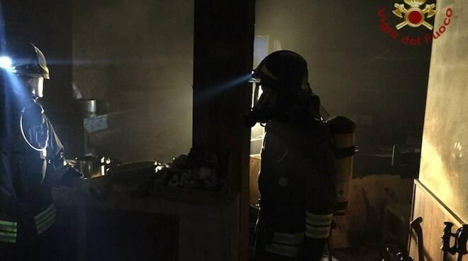 I vigili del fuoco nell'abitazione incendiata ad Aulla